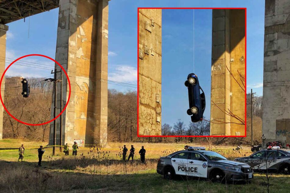 Das Auto schwebte meterhoch über dem Boden. Es war offenbar bewusst an der Brücke befestigt worden.