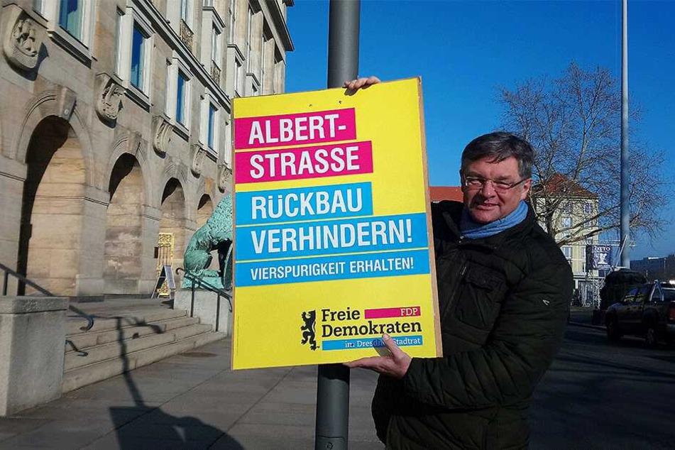 Holger Zastrow (50) mit einem der Protestplakate.