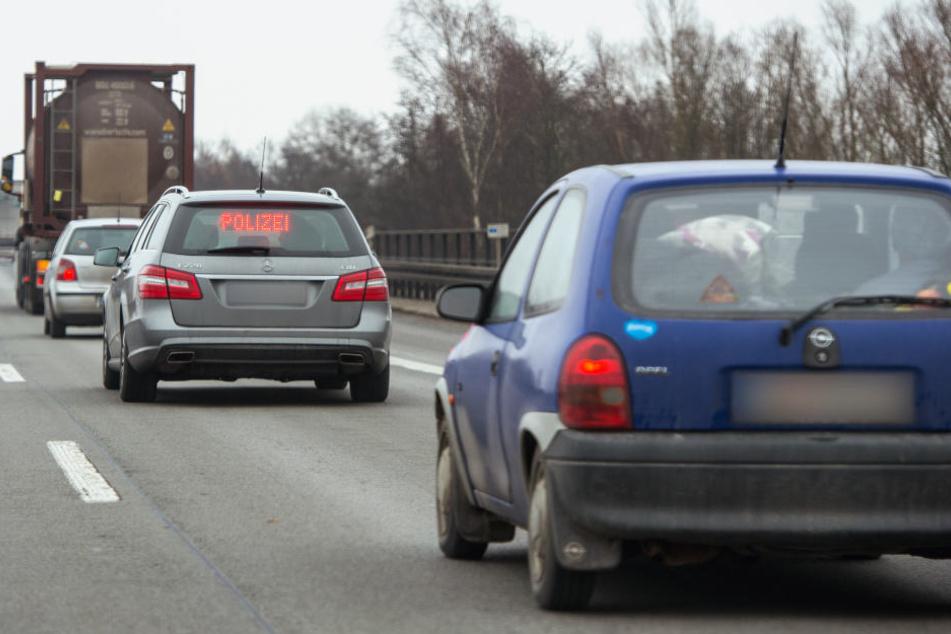 Der Mann versuchte, die Frau aus dem fahrenden Auto auf der A3 zu stoßen. (Symbolbild)