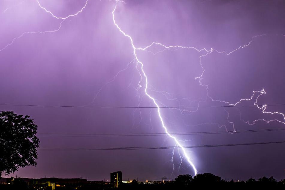 Vor allem im Osten steigt am Sonntag das Gewitter-Risiko. (Symbolbild)