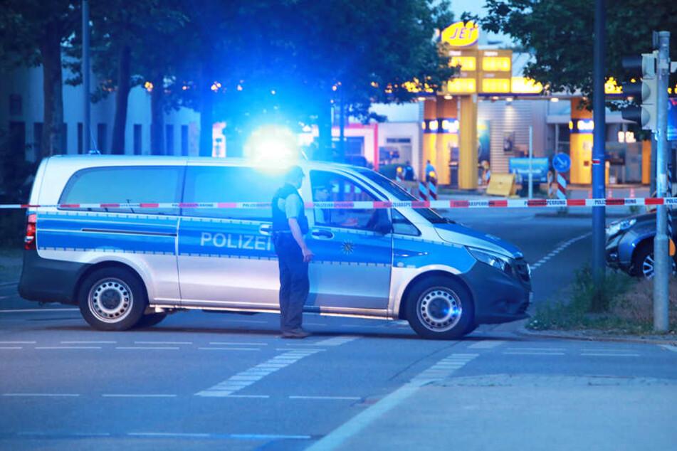 Dresden-Löbtau wurde seit Dienstagabend evakuiert. Rund 9000 Menschen mussten ihre Häuser verlassen. Der Grund: eine Fliegerbombe, die bei Bauarbeiten gefunden wurde. Die Polizei sperrt großräumig.