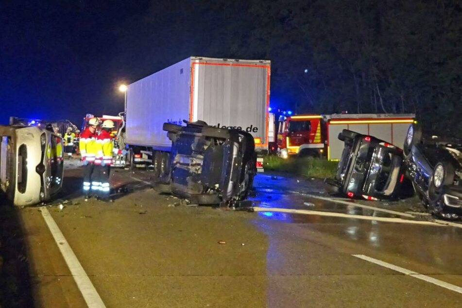 Trümmerfeld auf A44: Fahrzeuge schleudern über Autobahn