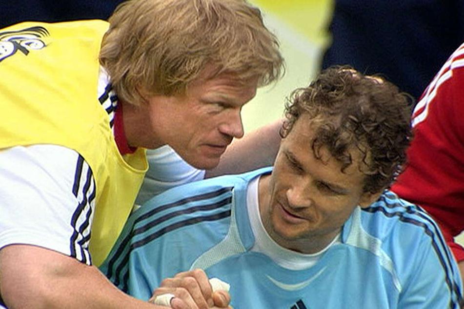 Ein Bild das um die Welt ging. Einst erbitterte Feinde auf dem Platz, gab es bei der WM 2006 diese Geste zwischen der damals alten und der neuen Nummer 1 im deutschen Tor.
