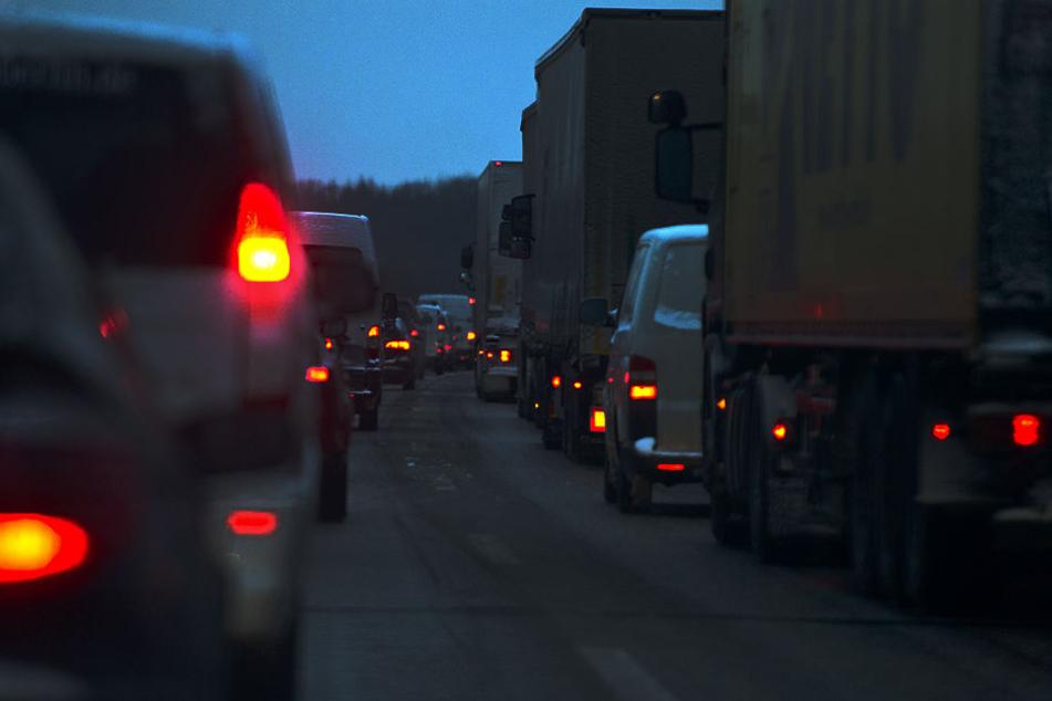 Nach einem Unfall mit einem LKW droht auf der A4 Stau. (Symbolbild)