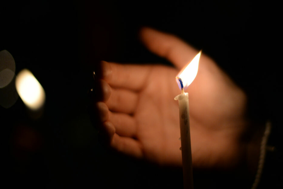 Menschen in Preetz haben eine Mahnwache für die getötete Frau abgehalten.