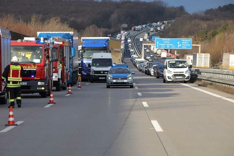 An der Unfallstelle bildete sich ein kilometerlanger Rückstau.