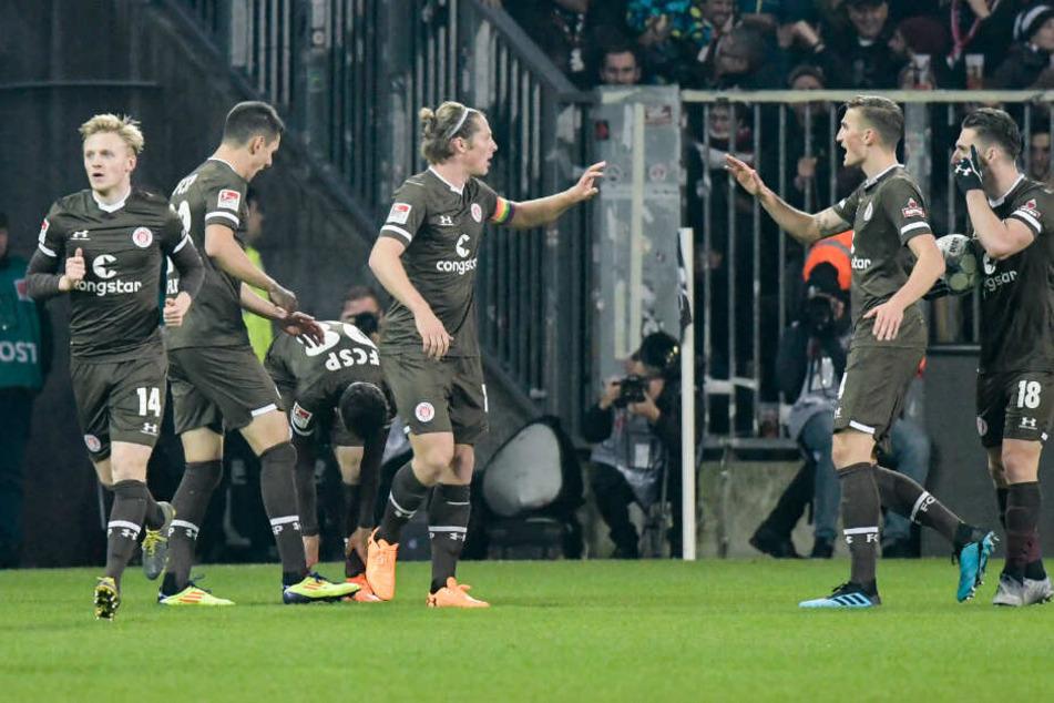 St. Pauli-Spieler jubeln nach dem Ausgleichstreffer.