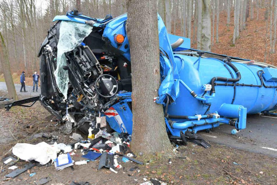 Vollsperrung nach heftigem Lkw-Unfall: Fahrer schwer verletzt