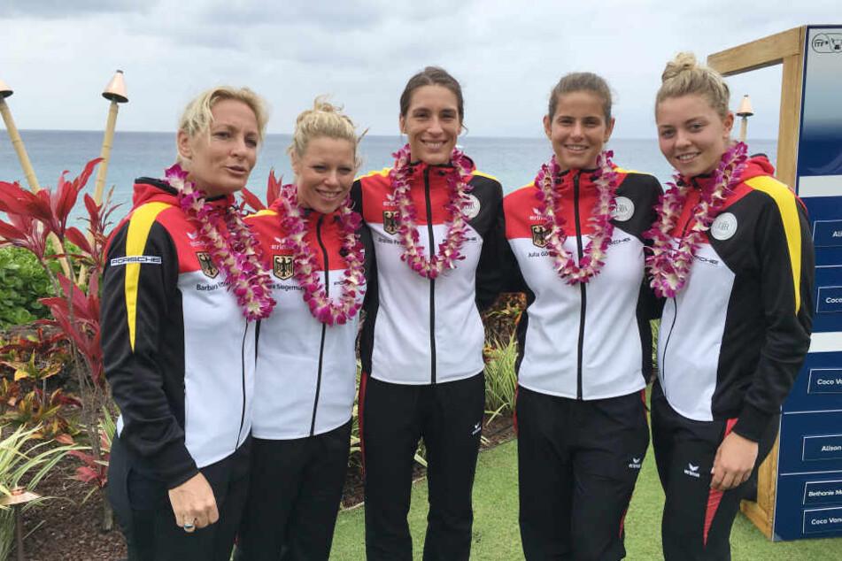 Tennis-Bundestrainerin Barbara Rittner (l) mit ihrem Fed-Cup Team nach der Auslosung der Fed-Cup Duelle gegen die USA auf der Insel Maui (Hawaii). Von links: Laura Siegemund, Andrea Petkovic, Julia Görges und Carina Witthöft.