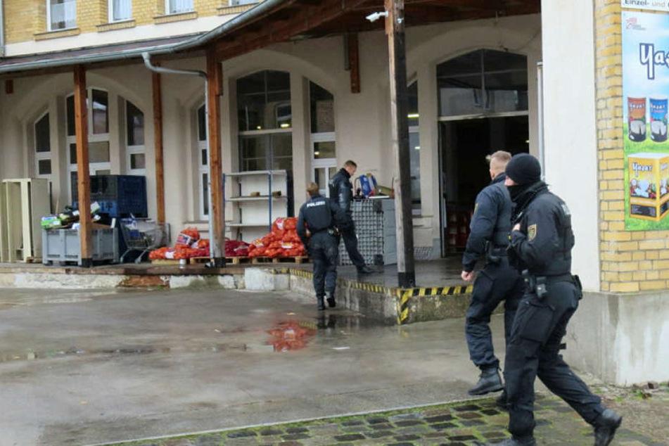 Polizeibeamte stürmten teils maskiert in die Halle des Lebensmittelgroßhandels. Sie suchen nach einem Mordopfer.