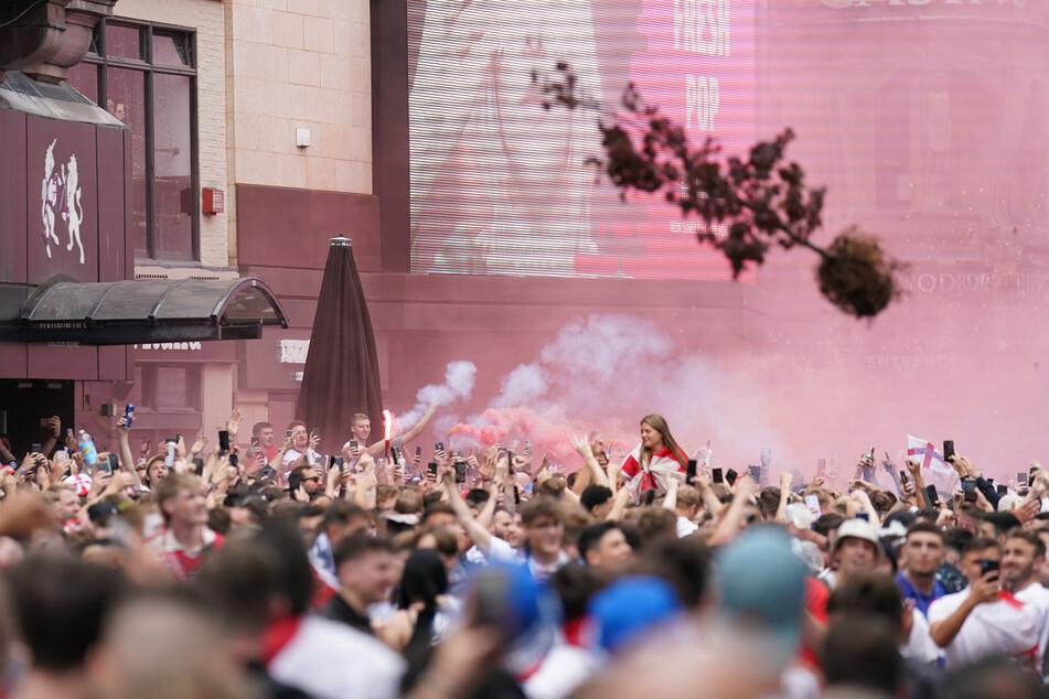 Feiernde England-Fans werfen einen Baum auf dem Leicester Square im Zentrum Londons.