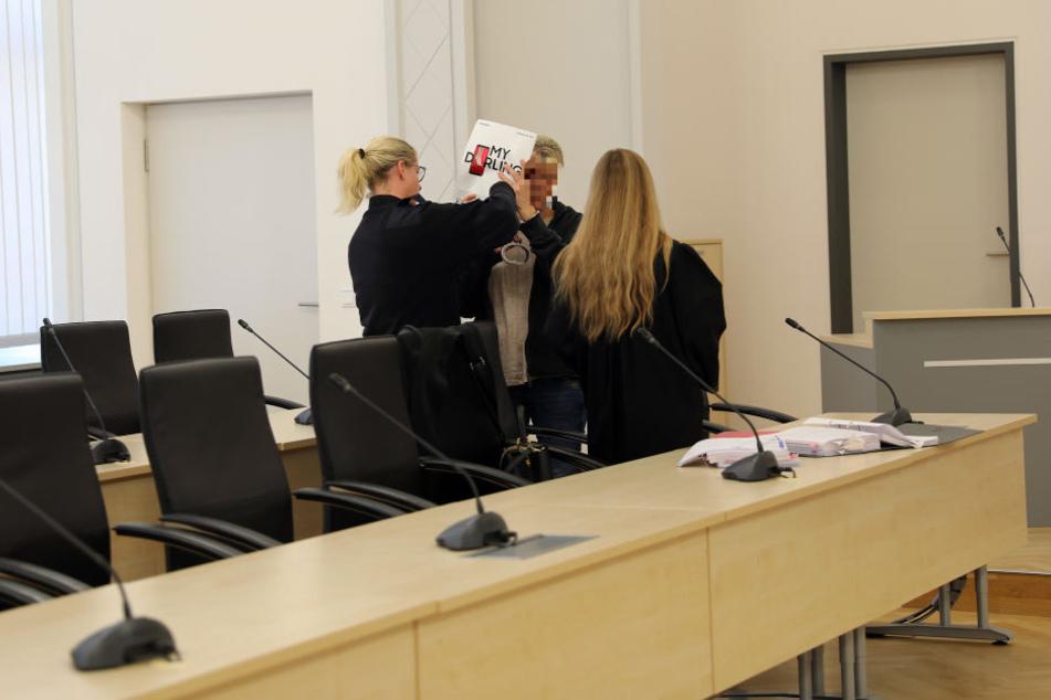 Die 45-jährige Angeklagte (M) im Gerichtssaal.