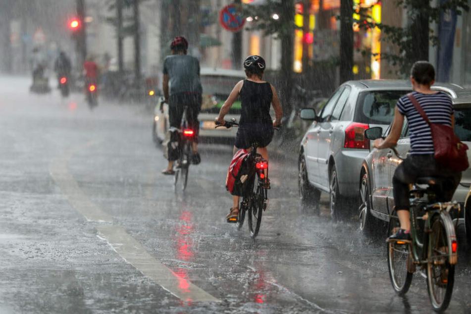Fahrradfahrer nach einem Unwetter auf den Straßen von Leipzig.