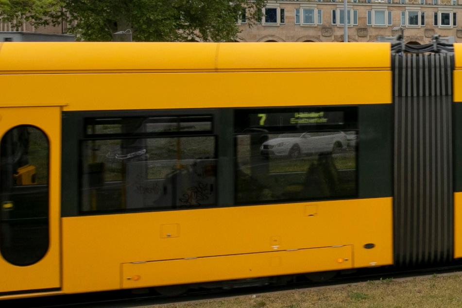 Eine Sraßenbahn der Linie 7 ist in Richtung Weixdorf unterwegs.
