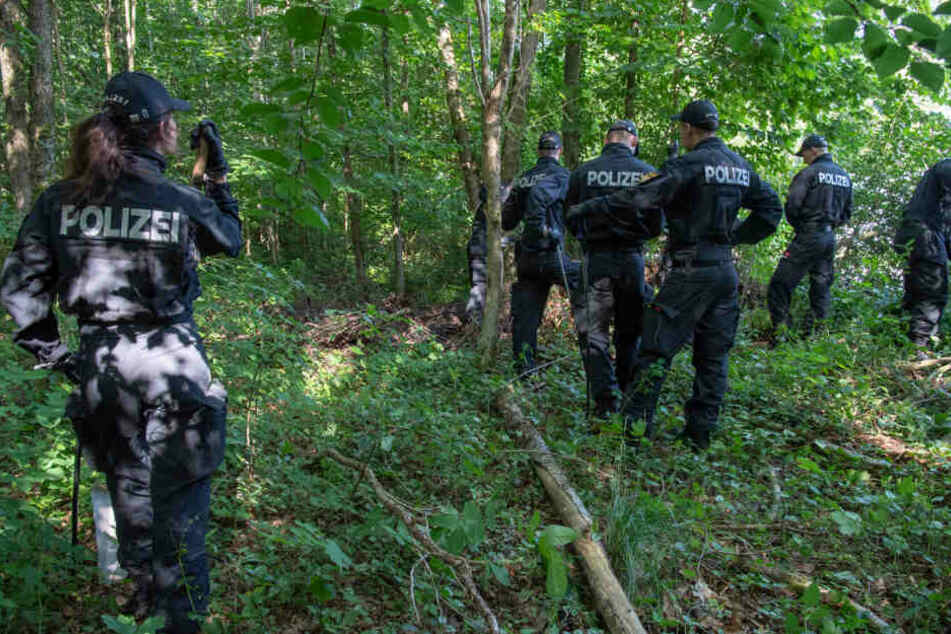 Polizisten hören Hilfeschreie im Wald: Was sie nach zwei Stunden finden, ist unglaublich