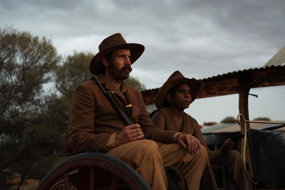 Rancher Mick Kennedy (l., Thomas M. Wright) und der junge Aborigine Philomac (r., Tremayne und Trevon Doolan) reiten in die Kleinstadt.