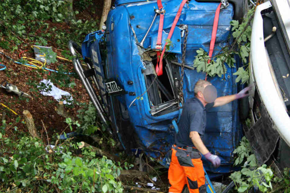 Das Führerhaus des Lkw wurde bei dem Unfall stark verformt. Der Mann war eingeklemmt.