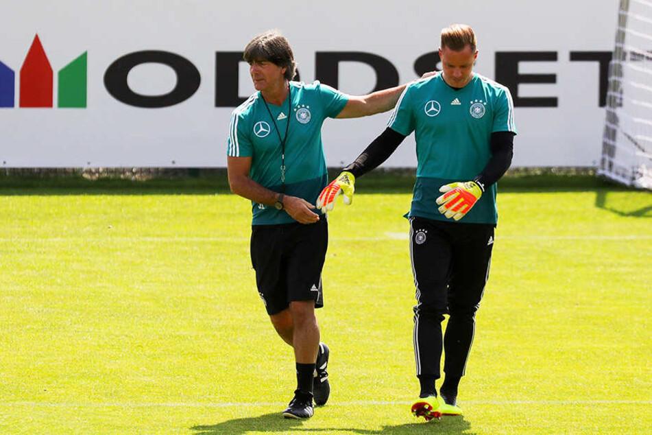 Wurde Marc-André ter Stegen (r.) hier von Bundestrainer Joachim Löw mitgeteilt, dass er gegen Österreich nicht im Tor steht?