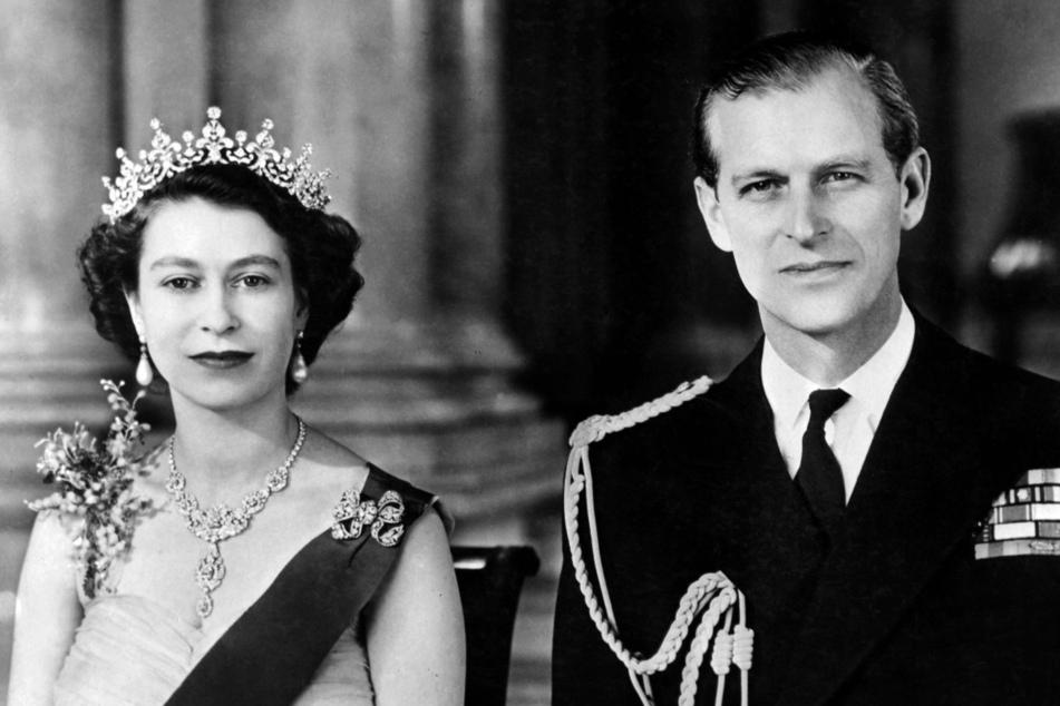 1. Januar 1954: Queen Elizabeth II. posiert mit ihrem Ehemann, Prinz Philip, im Buckingham Palast in London.