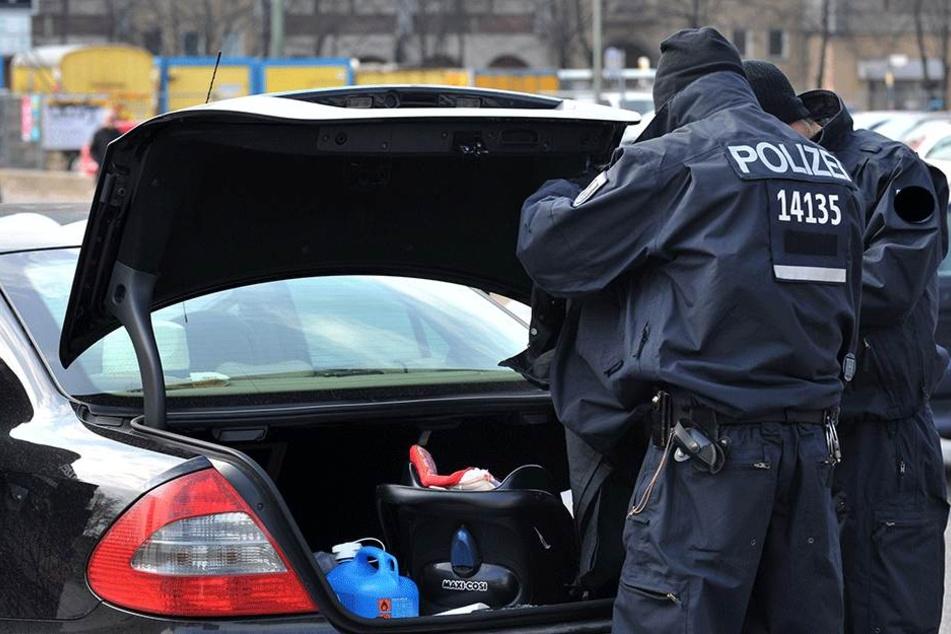 Nachdem der Autodieb überwältigt wurde, übergab ihn der Autobesitzer der Polizei (SYmbolfoto)