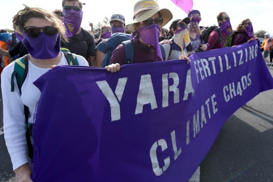 Umweltschützer blockieren die Einfahrt der Düngemittelfirma Yara und versuchen, die Produktion zu stören.