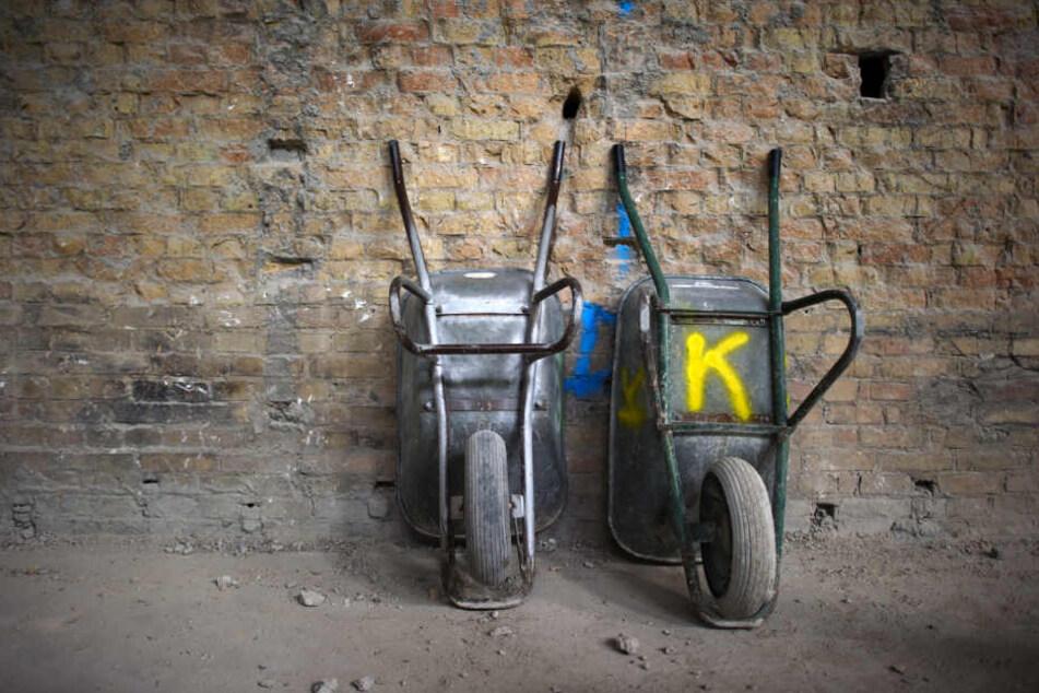 Zwei Schubkarren stehen auf der Baustelle an einer Wand. Der Gesamtschaden durch Baustellenklau in NRW ist gestiegen.
