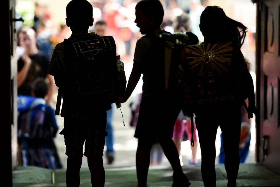 Jungen Flüchtlingen soll durch mehr Schulpsychologen geholfen werden.