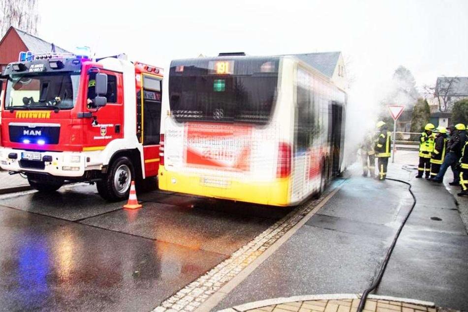 Schock-Moment! Linienbus gerät während der Fahrt in Brand