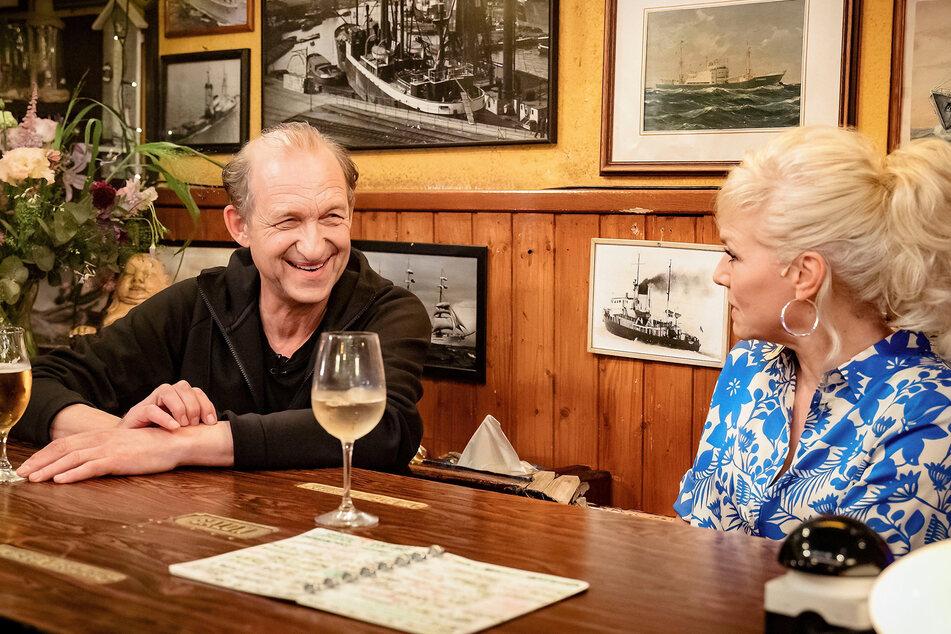 """Gastgeberin Ina Müller (56) sitzt mit Schauspieler Peter Heinrich Brix (66) am Tresen im """"Schellfischposten""""."""