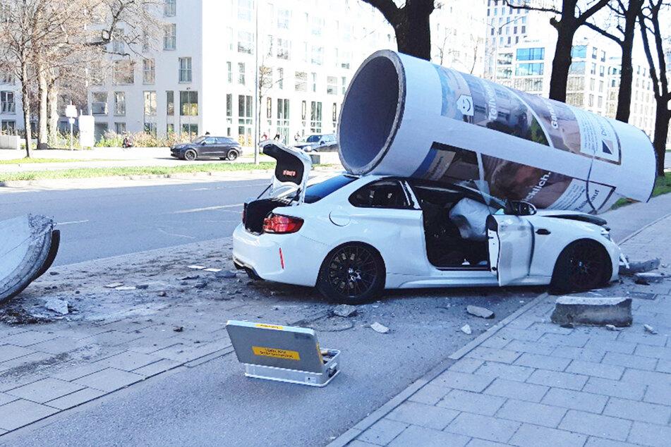 Spektakulärer Unfall in München! BMW kracht frontal in Litfaßsäule