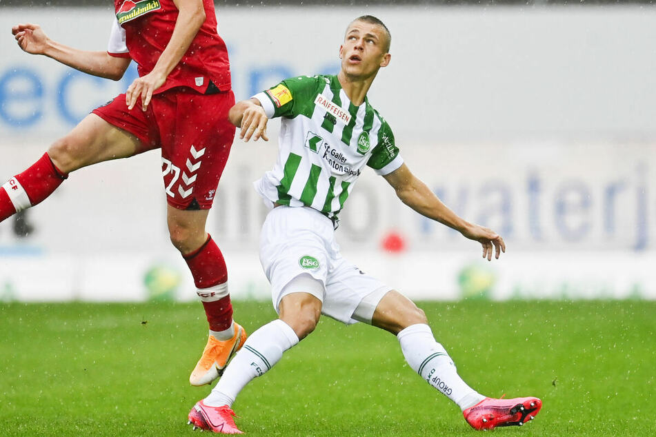 Linksverteidiger Miro Muheim (23, r.) vom FC St. Gallen soll ebenfalls vor einem Wechsel zum Hamburger SV stehen. (Archivfoto)