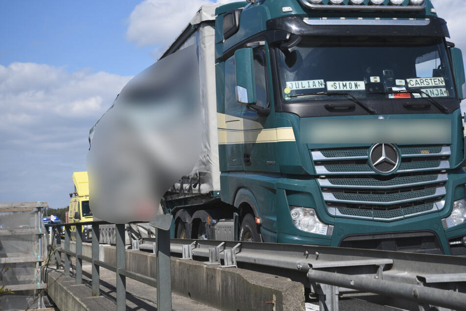 Unfall A6: Schwertransport keilt sich in Baustelle fest: A6 voll gesperrt!