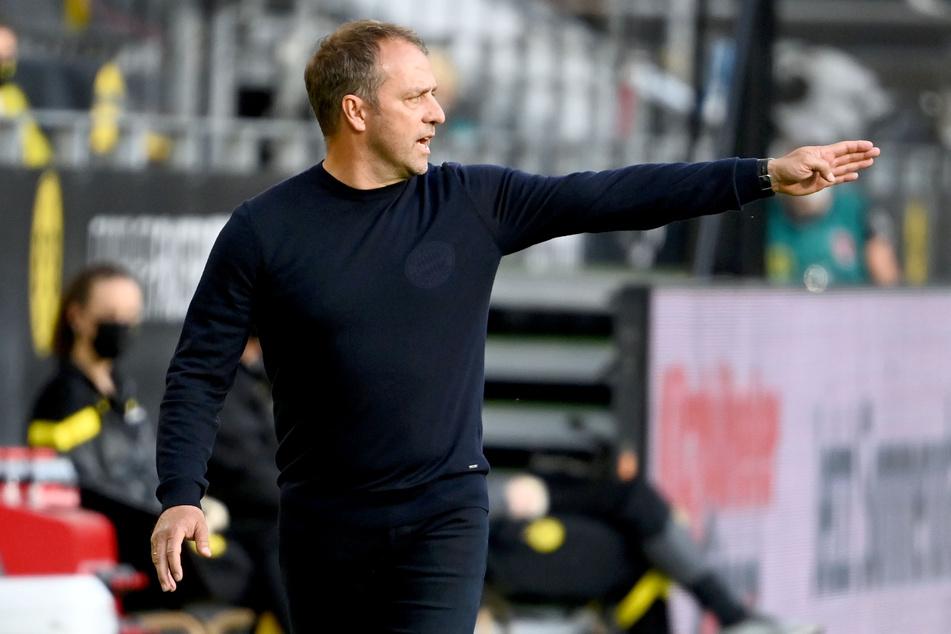 Münchens Trainer Hansi Flick gestikuliert am Spielfeldrand im Signal Iduna Park in Dortmund.