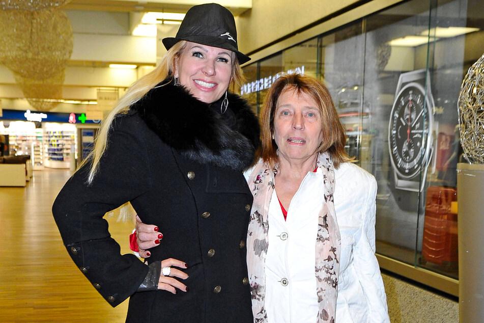 Claudia Norberg (50, l.) mit ihrer Mutter Waltraud vor dem RTL-Dschungelcamp im Januar 2020.