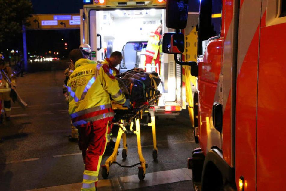 Sanitäter bringen die Schwerverletzten ins Krankenhaus.