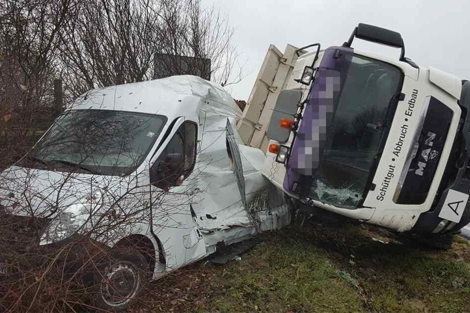 Schwerer Unfall! LKW zerquetscht Transporter