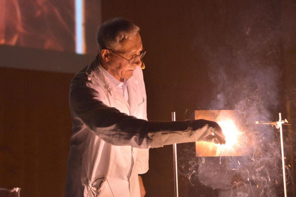 Professor Heinrich Lang demonstriert einen Zigarren-Schneidbrenner.