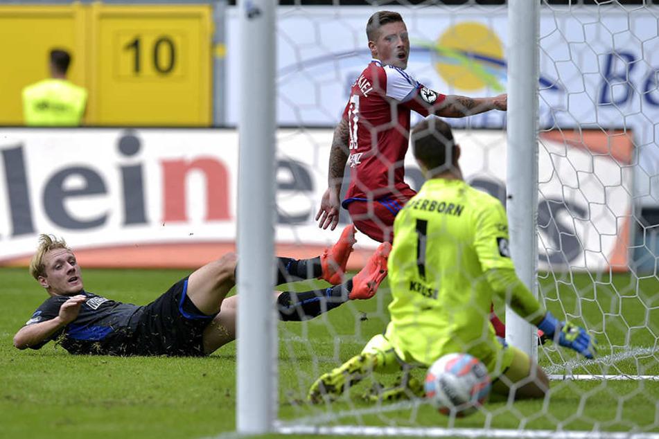 Hier können Ben Zolinski (in Schwarz) und Lukas Kruse (in Gelb) das 0:1 nicht verhindern.
