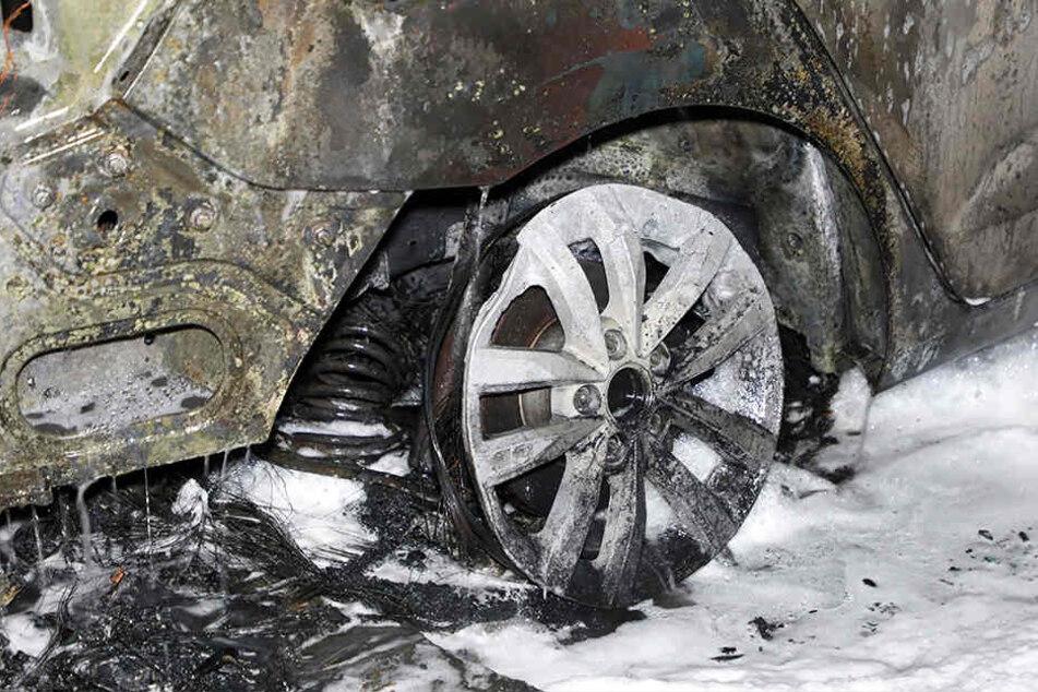 Insgesamt drei Autos wurden durch das Feuer in Leisnig beschädigt. (Archivbild)