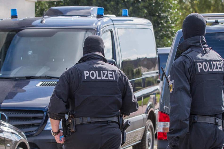 """Mehrmals durchsuchten Polizisten Gebäude im Zusammenhang mit der Preppergruppe """"Nordkreuz"""" in Mecklenburg-Vorpommern."""