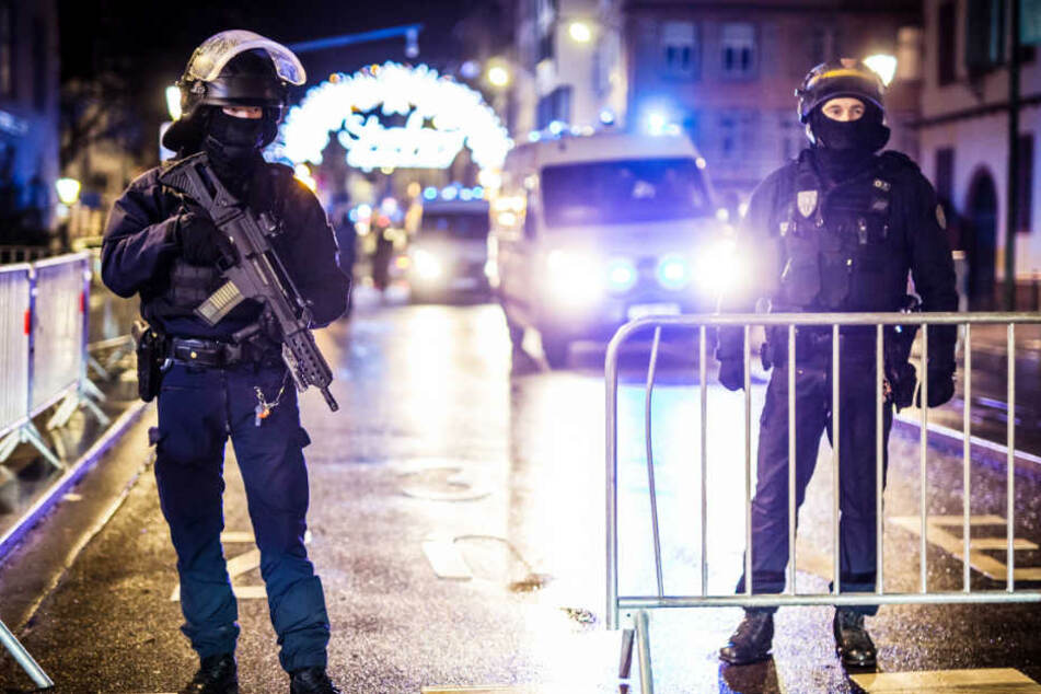 Nach dem Anschlag sichern Polizisten den Zugang zum Weihnachtsmarkt in Straßburg.
