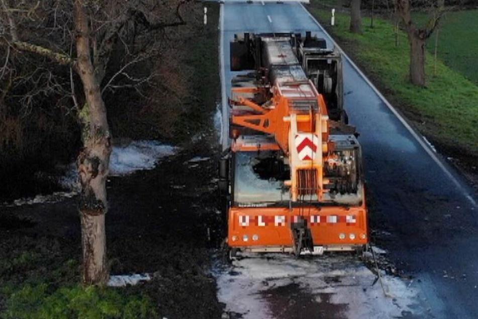 350.000 Euro Schaden: Fahrer rettet sich aus brennendem Kranfahrzeug