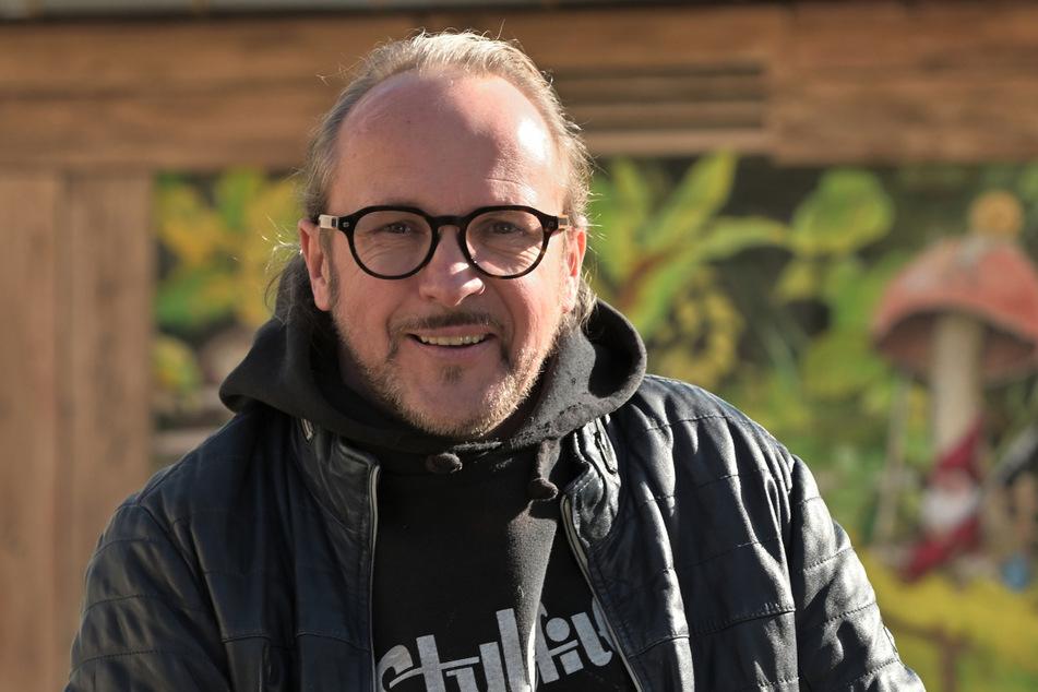 """Jens """"Tasso"""" Müller (54) überlässt seine Schaufenster vorübergehend anderen Künstlern."""
