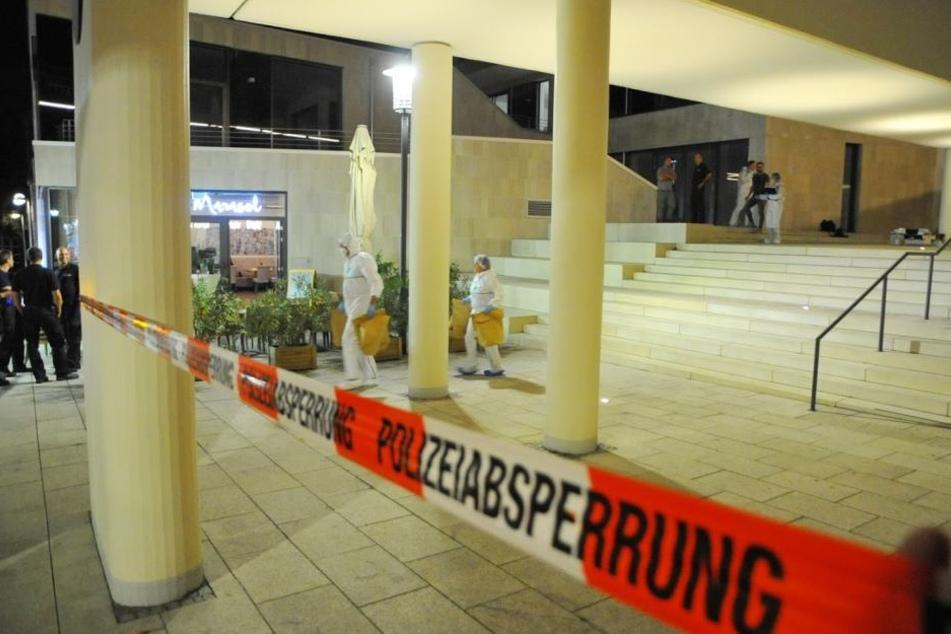 Polizeibeamte und Mitarbeiter der Spurensicherung arbeiten am Tatort.