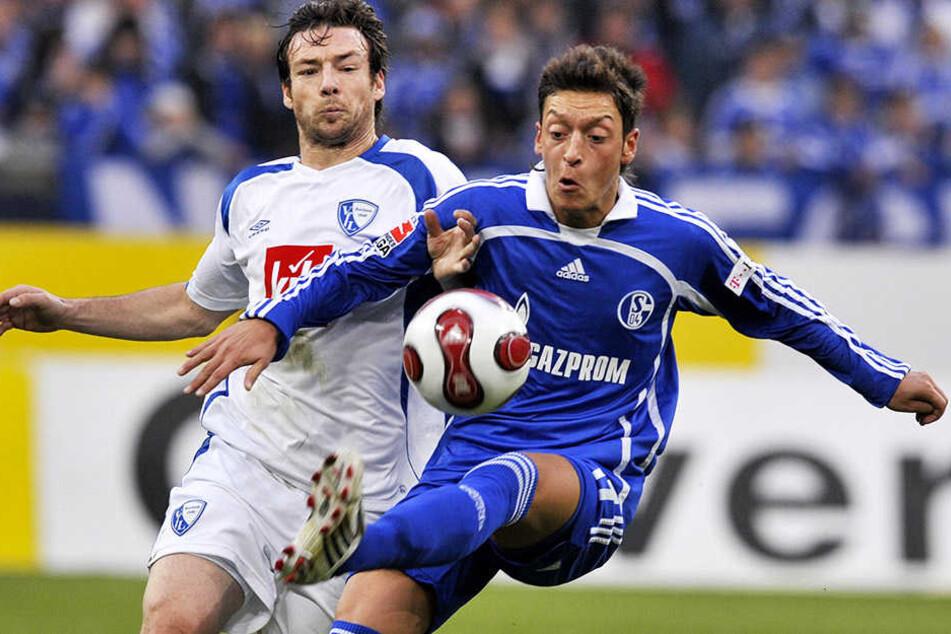 Als gebürtiger Gelsenkirchener für den FC Schalke 04 im Einsatz: Mesut Özil (r.).