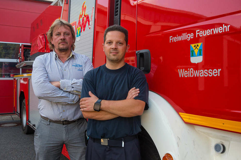 Der Vorsitzende des Feuerwehr-Fördervereins Jörg Lübben (51, l.) hatte die Idee für die Kurse, will die Kameraden um Wehrleiter Marcel Nestler (36) damit unterstützen.