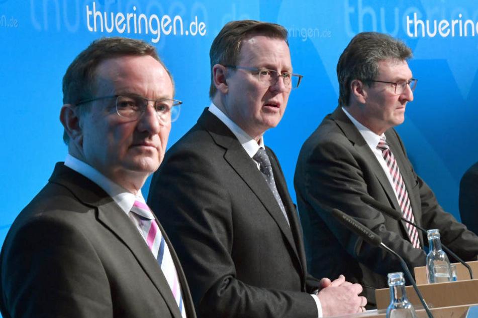 Innenminister Holger Poppenhäger (SPD, v.l.), Ministerpräsident Bodo Ramelow (Linke) und Justizminister Dieter Lauinger (Grüne) in der Erfurter Staatskanzlei.