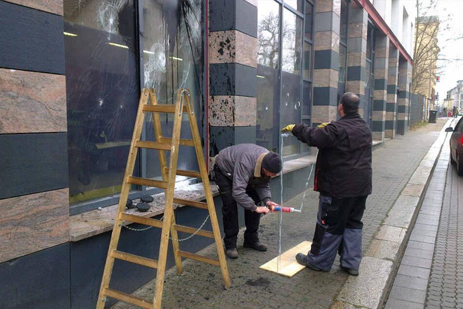 Nach dem Angriff auf den Connewitzer Polizeiposten 2015 messen Glaser die  zerstörten Scheiben aus. Jetzt bekommt die Wache randalesicheres Glas und  schussfeste Wände.