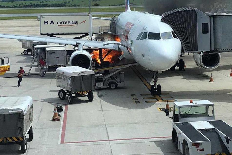 Schock für Passagiere: Flugzeug fängt nach Landung Feuer