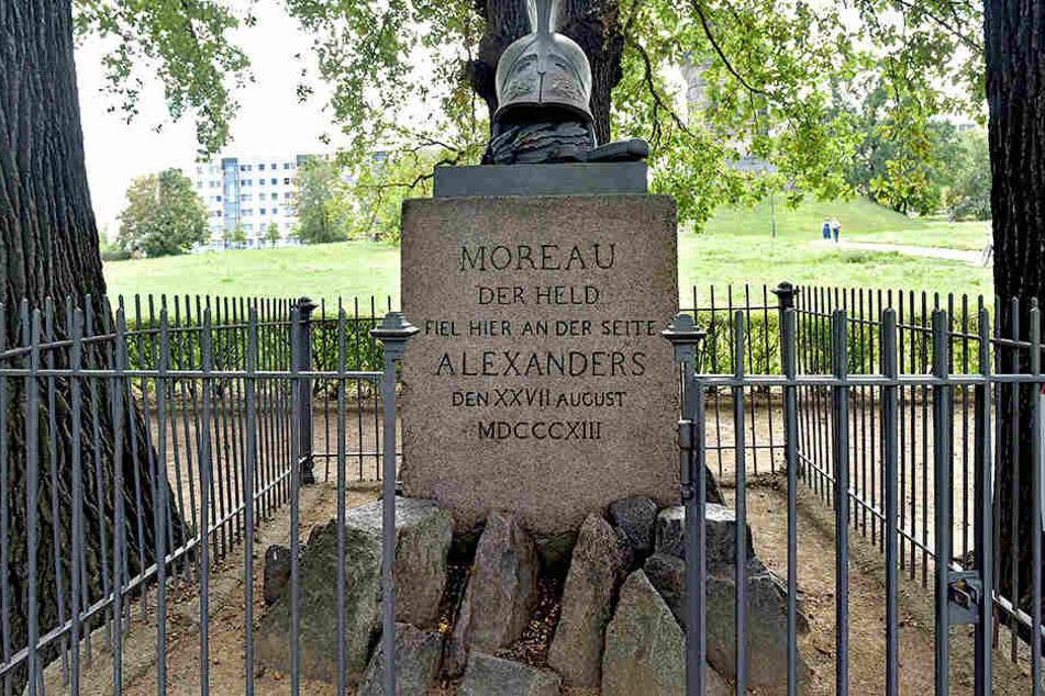 Das Moreau-Denkmal von 1814. Die drei darum gepflanzten Bäume symbolisieren die anti-napoleonische Allianz von Österreichen, Preußen und Russen.